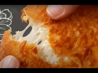 Хачапури с сыром. Хачапури по-мегрельски. Грузинская кухня.  Вкусные лепешки съедаются за мгновение.