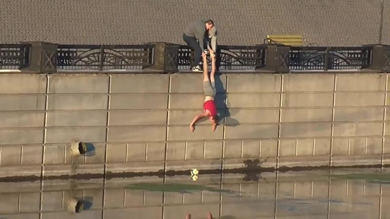 В Белгороде трое парней решили вытащить упавший в реку мяч Но кажется что то пошло не так