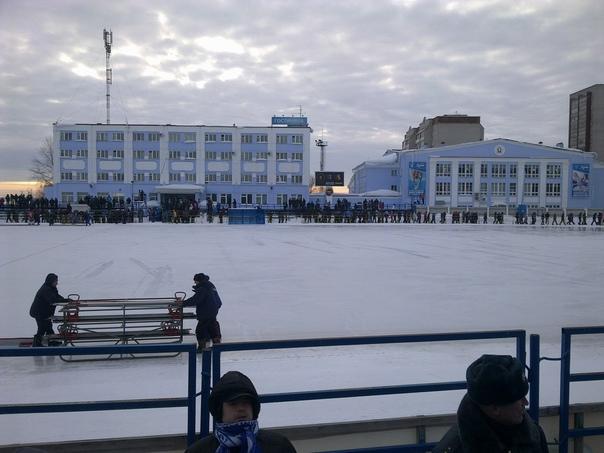 В Кирове на стадионе начали заливать лёд➡Читать да...