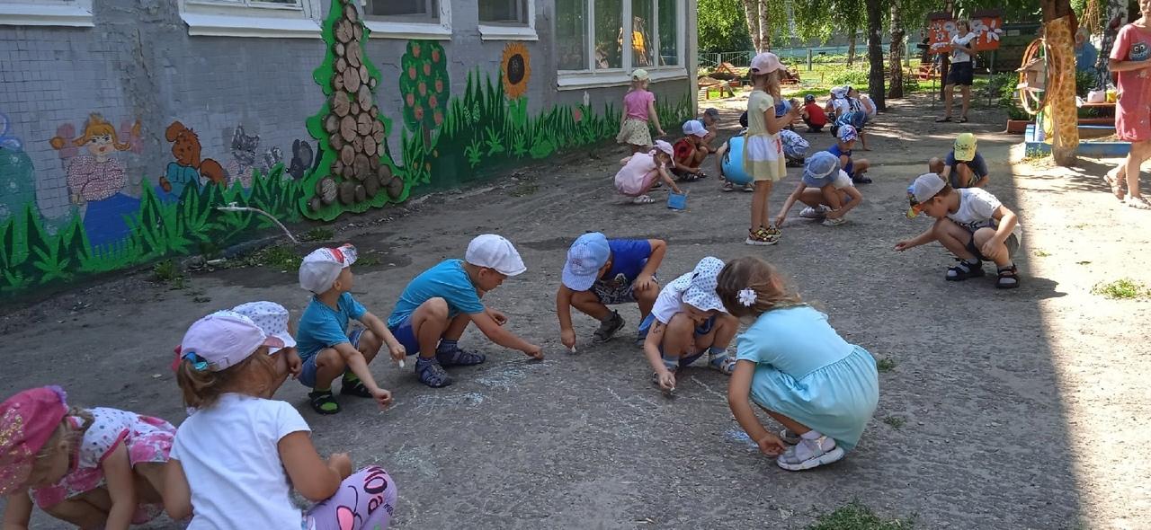 """В детском саду №16 """"Радуга"""" состоялся фестиваль рисунков на асфальте"""