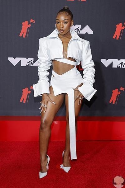 MTV Video Music Awards 2021: Кортни Кардашьян и Трэвис Баркер, Билли Айлиш, Аврил Лавин и другие на красной дорожке