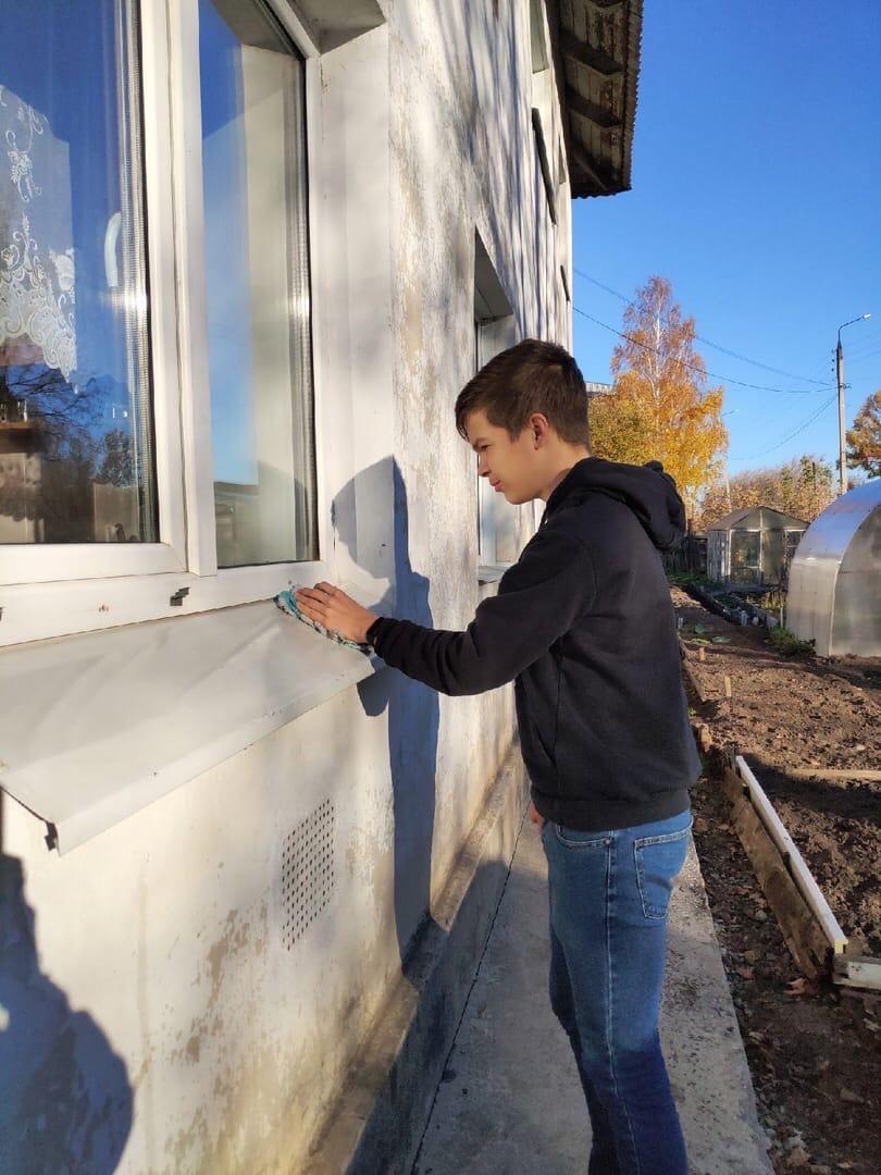 Можгинские волонтёры помогли пенсионерам с домашними деламиХлопали