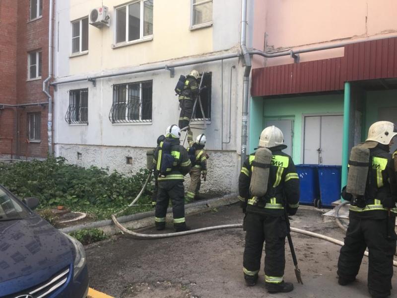 В Туле из горящей квартиры эвакуировали мужчину с ребенком