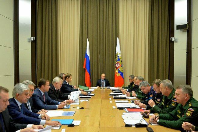 Путин проведет серию военных совещаний в Сочи.  Президент РФ Владимир Путин планирует провести серию военных совещаний... Сочи
